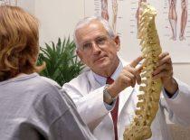 Какой врач лечит грыжу позвоночника